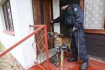 Policejní psovodi vyrážejí pravidelně na kontroly chatových osad. V pondělí policisté procházeli chatovou osadou poblíž řeky Ohře u Brozan nad Ohří.