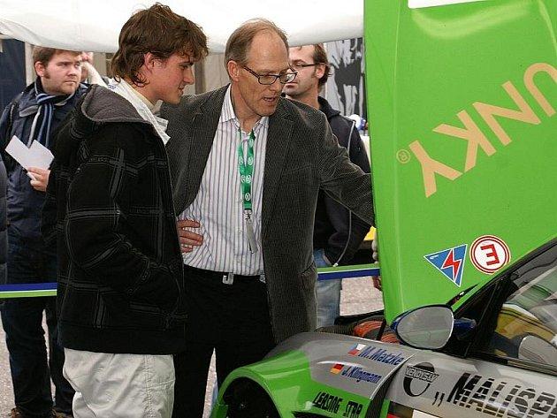 NEDOJEL. Roudnický Martin Matzke (vlevo) byl blízko úspěchu. Po poruše turbodmychadla však pro něj i kolegu Jense Klingmanna závod předčasně skončil.
