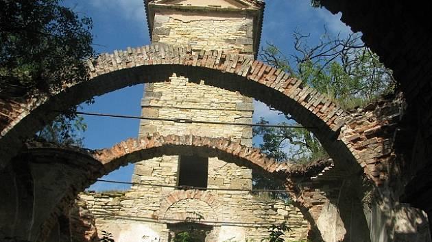 TROSKY kostelíku sv. Václava jsou zarostlé bujnou vegetací, z torza vyniká věžička a uvnitř stavby klenby bývalé kostelní lodě.