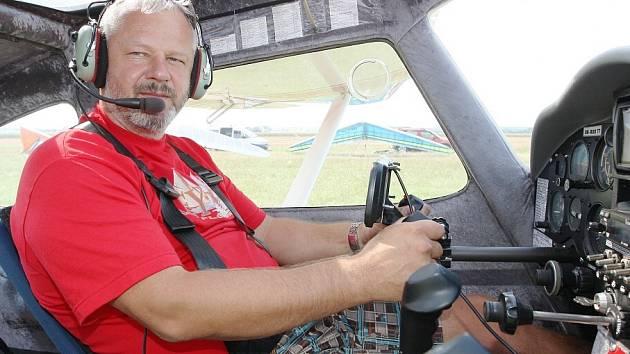 TOMÁŠ PANOCHA při startu na roudnickém letišti. Za svoji kariéru nalétal 7 300 hodin.