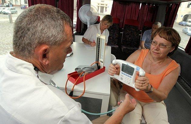 NENECHAT NIC NÁHODĚ.  Klientka z Litoměřic drží v rukou přístroj na měření tělesného tuku, jehož hodnoty sleduje lékař Petr Magrot.
