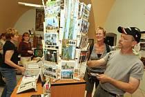 """TRADIČNĚ, U POHLEDNIC. Pracovnice litoměřického infocentra Hana Mildová (zleva) a Jana Váchová říkají: """"Největší zájem je o prodej pohledů, turistických map a průvodců."""" Z nabídky informačního centra včera vybírali i turisté z Dánska."""