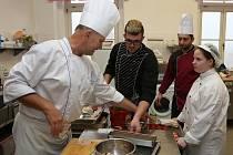V pondělí si studenti Střední školy pedagogické, hotelnictví a služeb Litoměřice vyzkoušeli přípravu chlebíčků a kanapek, v úterý zvládli nejrůzněji plněná vařená vejce nebo aspiky. Čtyřdenní kurz zakončí ve čtvrtek rautem pro rodiče.