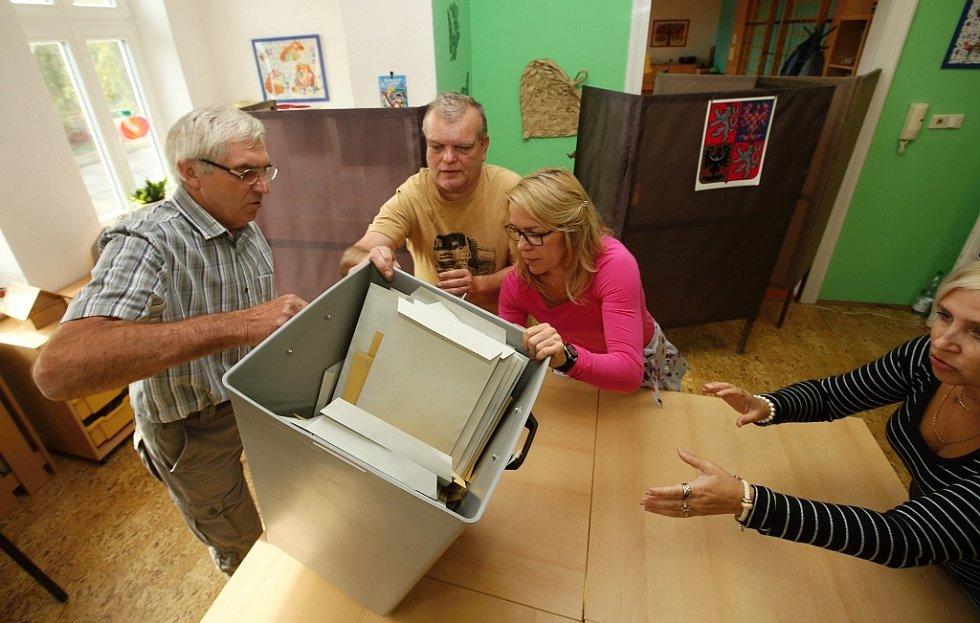 Vysypávání volební urny v litoměřické MŠ Mašinka ve Vančurově ulici.