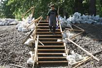 PO ŘÁDĚNÍ VANDALŮ. Provizorní dřevěné schodiště je bez zábradlí. Povodí Labe, které se o dočasnou stavbu stará, plánuje opravu, kterou zaplatí ze svého rozpočtu.