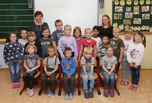 základní škola, Ostrovní, první třída, foto do novin, 1B