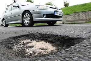 Výtluky na silnici, ilustrační foto.