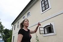 ŠKODY NA DOMECH. Pavla Danihelková patří mezi odpůrce nákladní dopravy jezdící přes Dolní Vysoké. Má k tomu důvod, přetížené kamiony stojí za poškozením jejího domu. Praskliny na zdivu to dokladují.