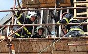 Osmapadesátiletý pokrývač zkolaboval v pondělí odpoledne při práci na střeše opravovaného domu na Mírovém náměstí v Litoměřicích.