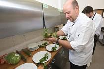 Litoměřickým propagátorem hmyzího jídelníčku je učitel Střední školy pedagogické, hotelnictví a služeb Ladislav Pertl.