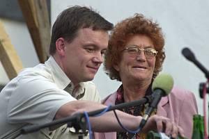 Promítání a beseda na náměstí v Litoměřicích 30. června 2004, kdy uplynulo 30 let od natočení úspěšného filmu Páni kluci.