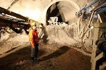 """Pracovníci odborné firmy zastavili práci na ražbě dálničního tunelu D8. """"Budeme pokračovat až mrazy povolí,"""" říká stavbyvedoucí Jaromír Hlávka (na snímku). S proražením tunelu měla být firma hotova již v lednu a tak se protáhne až do jarních měsíců."""