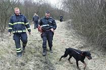 POLICIE ČR, Městská policie, Sbor dobrovolných hasičů i občané Třebenic prohledávali oblast hlášené otravy.