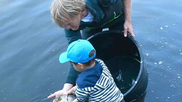 Pstruhy vypustil v Terezíně Jakub Vágner. Známému rybáři pomohly také děti z místní školy