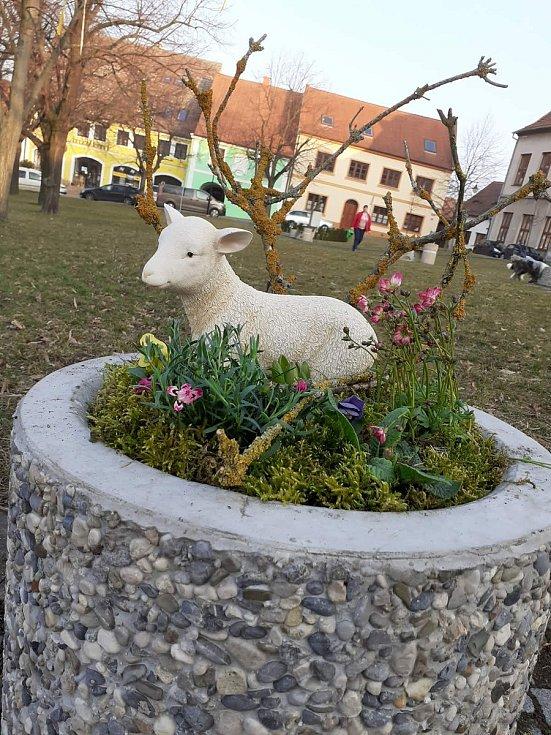 Do velikonočního hávu se oblékly také Třebenice. Ozdobená je kašna v centru i velké květináče. Přispět k výzdobě na Paříkově náměstí mohou i sami obyvatelé.