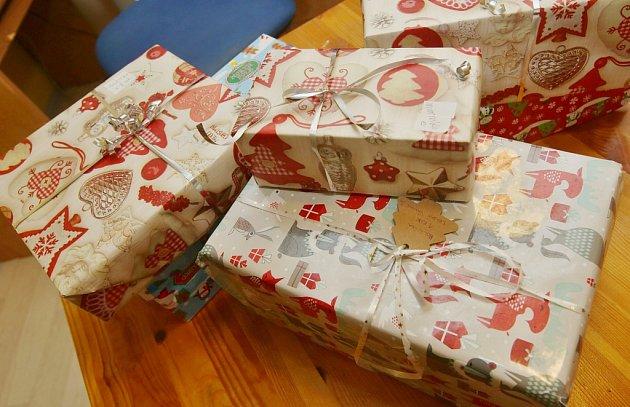 Diakonie připravuje na vánoce krabice sdárky pro chudší rodiny.