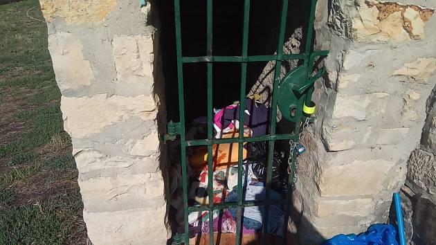 Nepořádek po bezdomovcích v historické části Litoměřic.