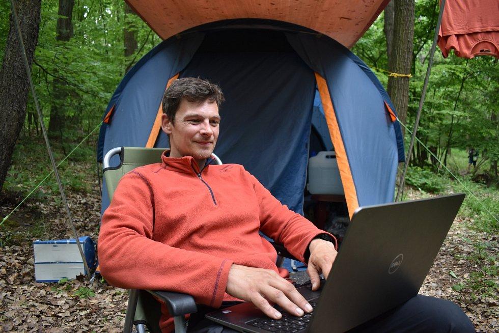 S počítačem si sedne jen občas, u ovcí je spoustu práce