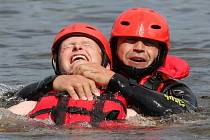 NÁCVIK na klidné vodní hladině měli na programu litoměřičtí hasiči.