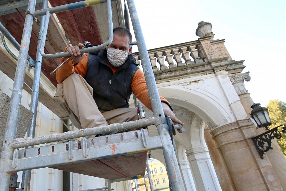 Ploskovický zámek se dočká nová fasády a oken, odborná firma začala s výstavbou lešení.