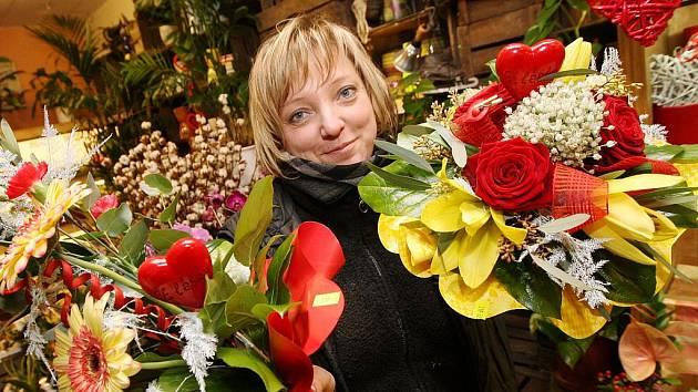 """POPULÁRNÍM DÁRKEM k Valentýnu je kytice. """"Nejvíce oblíbenou květinou je stále růže – klasika. Prodává se jak vázaná, tak jednotlivě či pouze s jemnou přízdobou,"""" vysvětlila květinářka Jana Jindříšková."""