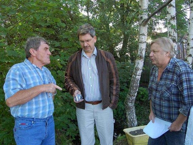 Břetislav Holub usměrňuje hádky obou sousedů při projednávání stížnosti. Vlevo Karla Nováka a vpravo stojícího  Václava Baštu.