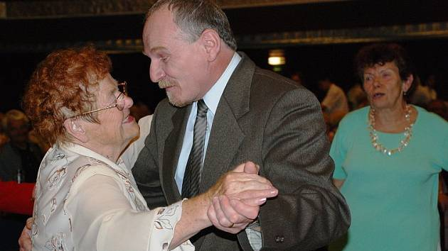 Loňské odpoledne určené seniorům zahájil místostarosta Jiří Landa tancem s jednou z přítomných žen.
