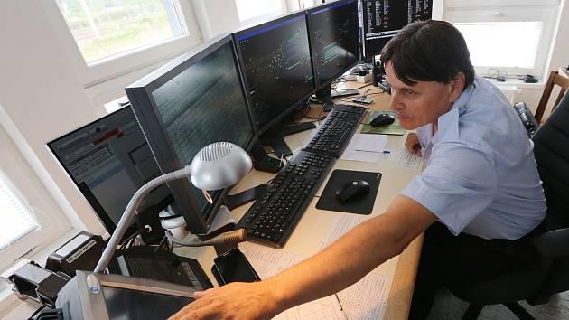 Nový řídící systém začali používat dispečeři na lovosickém vlakovém nádraží, kteří řídí dopravu na kolejích.