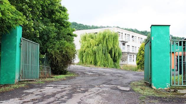 Areál bývalé slepičárny ve Vchynicích.
