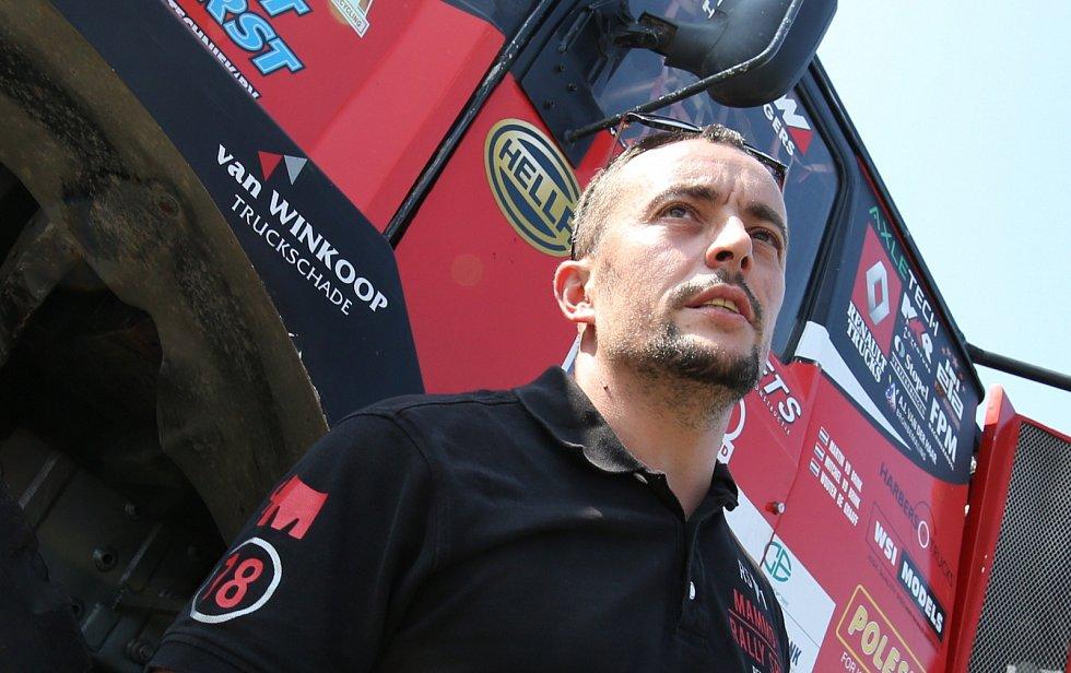 Závodní mechanik Jan Pěkný vyrábí rallye trucky pro závodníky Rallye Dakar. Vozy tým staví od základu.