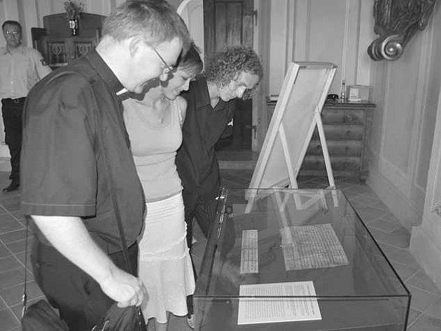 Martin Davídek spolu se studenty Mirkou Dohnalovou a Janem Kittlem nad první česky psanou větou.