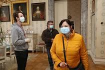 Do zámku v Ploskovicích dorazilo po zahájení sezony zatím jen pár desítek návštěvníků.