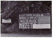 Výlepová plocha u kostela sv. Václava v Lovosicích  - 21. srpna 1968, Archiv Jiřího Kupery.