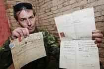 Jiří Smutný z Terezína našel historicky cenné dokumenty i předměty na půdě domu.