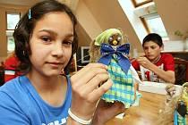 Sára s Igorem vyrábějí strašidélka z ořechových skořápek, dřívek, látek a dalších drobností. Všechny výrobky poté prodají v pražské ZOO. Lidé si jistě z jejich výrobků vyberou. Každý kus je originální.