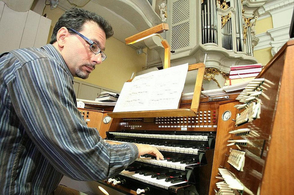 MISTR VARHANÍK. Luca Scandali chválil výjimečnost varhan v litoměřické katedrále. Pro romantickou hudbu jsou prý ideální.