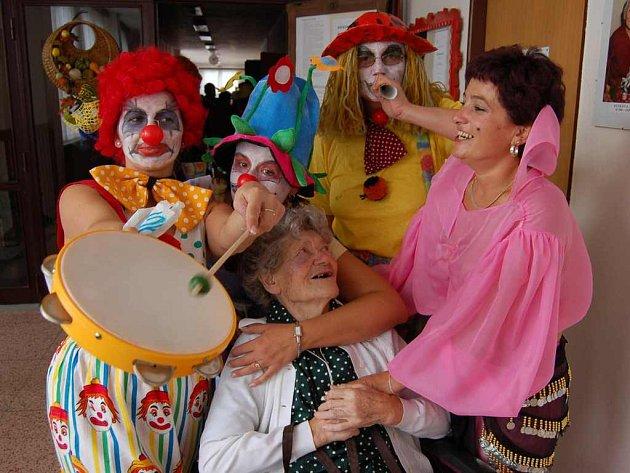 Tradiční ústavní pouť si včera v Domově užívala jak klientka Anna Gertnerová (sedí uprostřed), tak zdejší personál v maskách.