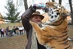 Několik demonstrantů se sešlo před zahájením představení cirkusu Jo-Joo v Litoměřicích. Rozdávali příchozím letáčky o týrání zvířat v cirkusech.