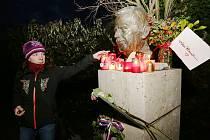 Vzpomínkový akt proběhl ve středu v podvečer v parku Václava Havla, kdy uplynulo osm let od jeho smrti.
