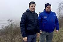 Filip Votoček (vlevo) a Petr Bureš ze spolku Siva na obhlídce chráněného území Bílé stráně.
