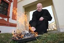 Na snímku připravuje Antonín Fegyveres, pastorační asistent dómské farnosti v Litoměřicích popel pro obřad.