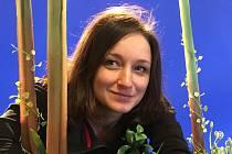 Denisa Grimmová v lopuchovém háji.