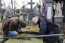 VYKRADENÝCH HROBEK bylo na litoměřickém hřbitově více než dvě stě. Policisté za pomoci pracovníků správy hřbitova vybrané hrobky opatrně otevřeli a zdokumentovali.