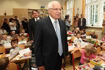 Václav Klaus na Masarykově základní škole v Litoměřicích zpestřil žákům zahájení nového školního roku.