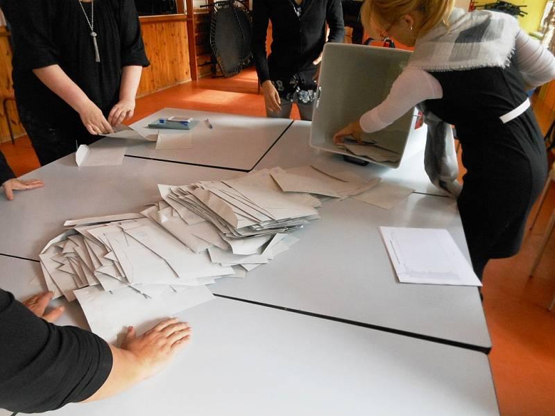 Vysypávání volebních lístků v litoměřické volební místnosti v Domě dětí a mládeže Rozmarýn