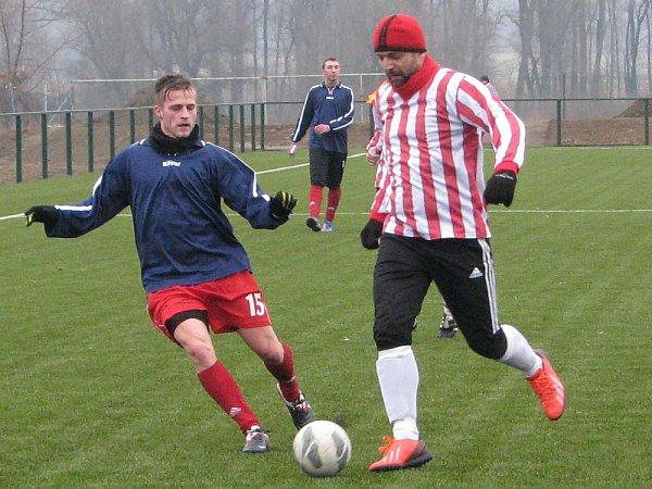 DALŠÍ přípravu odehráli fotbalisté Štětí proti SK Slaný (vpruhovaném), který porazili 2:0.