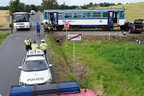 Srážka osobního vozu a vlaku u Vražkova