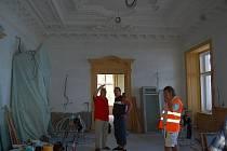 Zastupitelé Lovosic si před mimořádným zasedáním prohlédli průběh rekonstrukce Pfannschmidtovy vily.