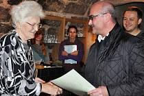 Certifikát z rukou místostarosty převzala i Jindřiška Severová.