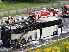 Autobus plný důchodců zachvátil na dálnici D8 požár.